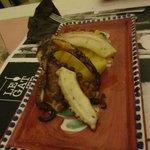 polipo arrosto su letto di patate e peperoni