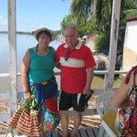 Embarcados, cruzando ao lado de manguezais