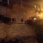 Il balcone bellissimo che si affaccia sulla piazza