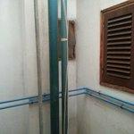 la cameretta si affaccia su un cubicolo su cui si aprono le finestre dei bagni di altri appartam