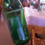 Le bottiglie di acqua naturale del ristorante incrostate di calcare