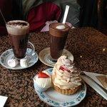 Cioccolata calda con marshmallow, caffè mocha e tartella meringata al limone