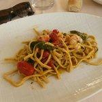 Linguine pomodoro, gamberi e verdure fresche