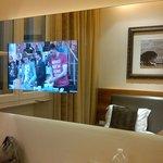 TV inserida no espelho