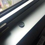 Capsule de bierre sur le rebord d'une fenêtre
