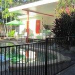 zwembad met buitenkeuken
