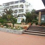 Отель (вид с пляжа)