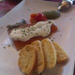 Salmón marinado con salsa de queso, tomatitos sherry y pesto