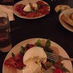 Assiette italienne et boule de mozzarella