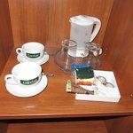 湯沸かしポットと無料のコーヒーセットがあります。