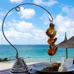 """Brochette de fruits de mer au restaurant """"Indigo"""" Photo :www.ilemaurice-tourisme.info"""