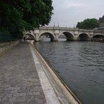 No passeio da ilha em direção à Pont Notre-Dame