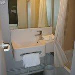 salle de bain et toilettes derrière la porte