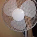 Ventilatore polveroso a disposizione in stanza per sopperire alla mancanza di impianto aria cond