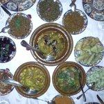 tajines de viande et poisson + salades autour