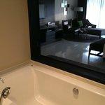 La vista della camera dalla vasca da bagno.