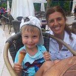 Эта улыбчивая Леди угощает мороженым в аквапарке