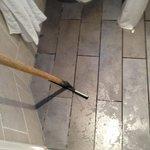 Apartamento 63- BAÑO Espátula de goma para arrastar el agua del suelo que se moja al ducharse.