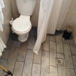 Apartamento 63- BAÑO No hay plato de ducha ni mampara y al ducharse el suelo se encharca.