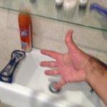 Apartamento 63- BAÑO el poco espacio entre la balda de cristal y el lavabo impide su uso.