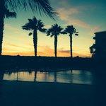 Prachtige zonsondergang gezien vanaf het terras bij de bar.