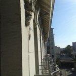 Vue depuis le balcon (façade de l'hôtel)