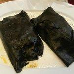 Cannelloni neri ripieni di fritto misto e verdure con crema di formaggi freschi.