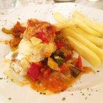 Bacalao con sanfaina de tomate, cebolla, calabacín y berengenas
