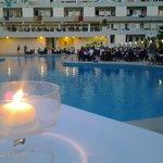 la sera in piscina