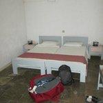chambre avec deux lits double