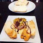 Foie de manzana y jamón ibérico en primera plana y al fondo Torta de la Serena y morcilla de Gua