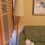 die Stehlampe muss hinter dem Sofa stehen, sonst fällt sie um