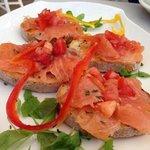 Salmone affumicato con crostini di pane,rucola e pepe verde