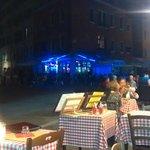 vista da praça e mesas externas