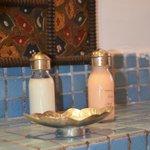 cosmétique dans la salle de bain