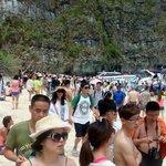 trop de monde sur 50m de plage (maya bay ,l'ile du film LA PLAGE)