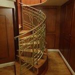 メゾネットスイート内階段下階部分