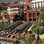 Один из корпусов и ресторан отеля