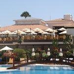 Restaurant en terrasse vu de la piscine