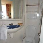 Salle d'eau : (à gauche, la douche on ne la voit pas) le lavabo et les toilettes