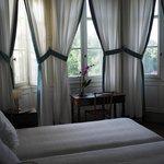 Une chambre avec deux lits simples