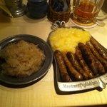 Nürnberger Rostbratwürstchen mit Kartoffelsalat und Sauerkraut