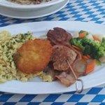 Filetspieß mit Rösti, Gemüse und Knöpfle