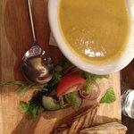 Zuppa e pollo al curry in wrap