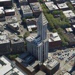 Le Smith Tower semble minuscule par rapport  au Columbia Center