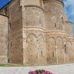 sg in venere - abbazia - veduta laterale edificio con fiori