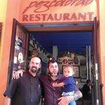 Josep Maria, uno de los dos cocineros, y mi cuñado Dani con el bebe Roc.