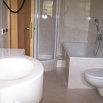 Doccia,vasca, doppio lavello, tutto in marmo bianco