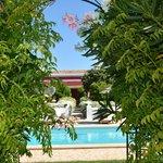 Blick vom Lavendelgarten am Pool vorbei auf die Quinta