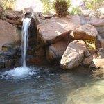 A diferentes niveles el agua baja de un piletón a otro.